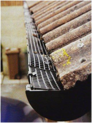 Сверху желоба могут быть защищены решетками, чтобы в них не попадали листья, шишки и прочий мусор, препятствующий свободному стоку воды.