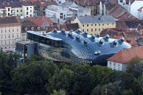 Бывают и полувальмовые крыши они тоже
