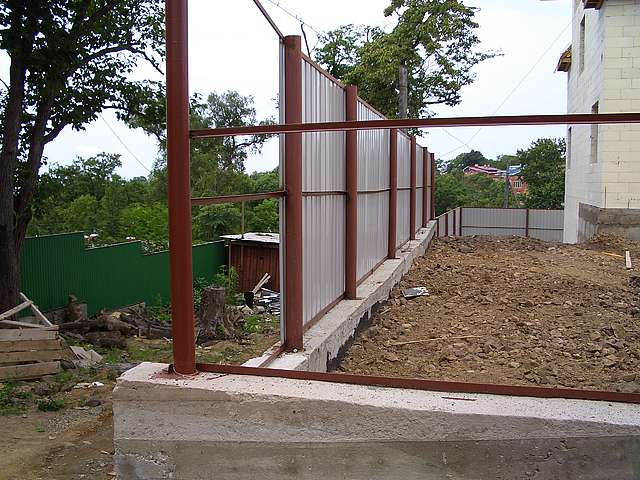 Забор из профнастила с бетонным